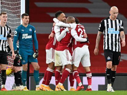 Los jugadores del Arsenal celebran tras marcarle un gol al Newcastle.