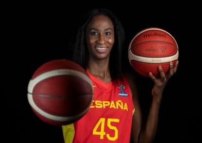 Astou Ndour, en la sesión oficial de fotos para el Eurobasket. FEB