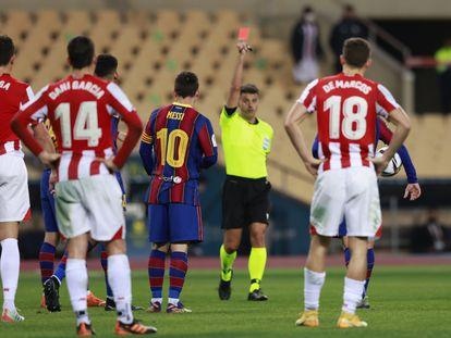 Leo Messi vio la tarjeta roja en la final de la Supercopa contra el Athletic.