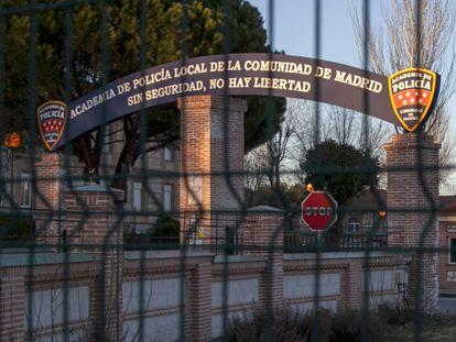 Entrada cerrada de la Academia de Policía, en la carretera de Colmenar Viejo, en la zona de Valdelatas.