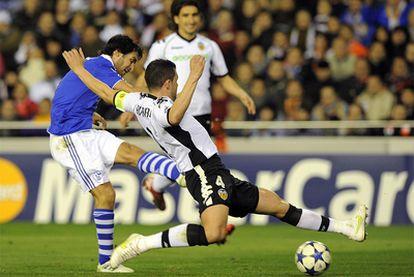 Raúl marca el gol del empate pese a la oposición de David Navarro.