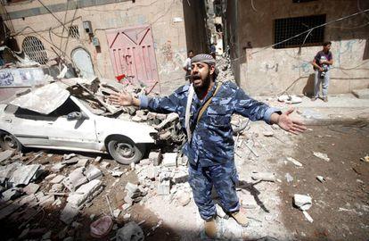 Un oficial de seguridad Huthi, tras el ataque de la coalición árabe que dirige Arabia Saudí en Saná, este jueves.