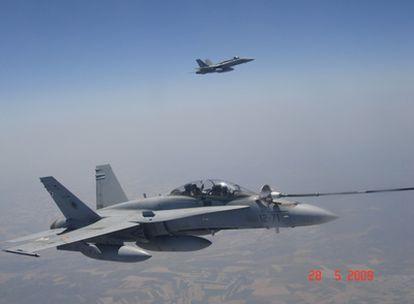 Repostaje de un F-18 de la Fuerza Aérea española el 12 de noviembre con un avión cisterna A330 mediante manguera flexible.