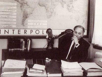 Paul Dickopf, jefe de la Policía Federal Criminal (BKA), en su despacho como presidente de la Interpol en los años cincuenta.