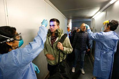 Controles sanitarios a pasajeros a su llegada al aeropuerto internacional Jorge Chávez de Lima, Perú.