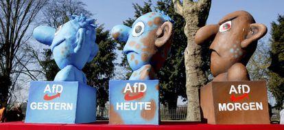 Figuras de AfD en el carnaval de Duesseldorf, al oeste de Alemania.