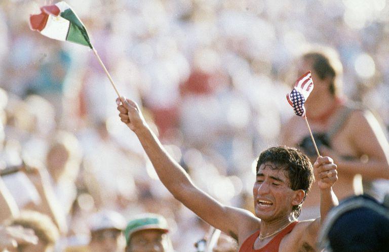 Ernesto Canto celebrates his triumph in Los Angeles.