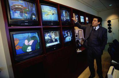 Haim Saban, el visionario empresario que adaptó la franquicia en Estados Unidosl fotografiado en su despacho en 1999.