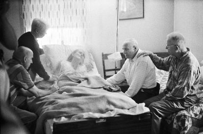 Maxine Peters agoniza, en compañía de familiares y amigos, en su casa de Gladesville en Virginia.
