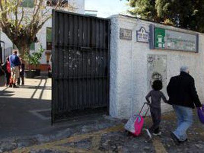 Colegio granadino donde se detectó el brote en 2011.