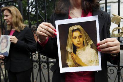 Las víctimas Therese Albrecht y Barbara Blaine posan con sus fotos ante la embajada Vaticana en Londres.