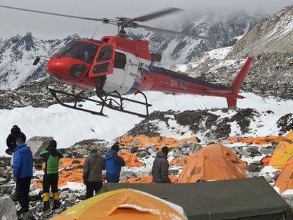 Un helicóptero de rescate aterriza en el campamento base del Everest, este domingo.
