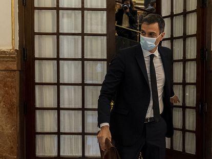 El presidente del Gobierno, Pedro Sánchez, abandona el hemiciclo, este miércoles.