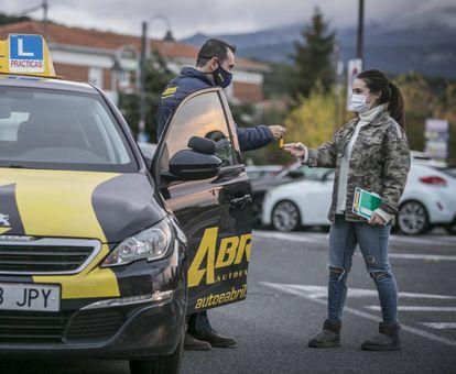 Un profesor y su alumna, en una autoescuela   de la localidad madrileña de Moralzarzal.