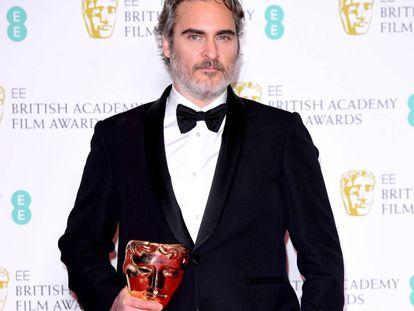 Joaquin Phoenix posa ante los medios gráficos tras ganar el Bafta a mejor actor por 'Joker', este domingo, en Londres.