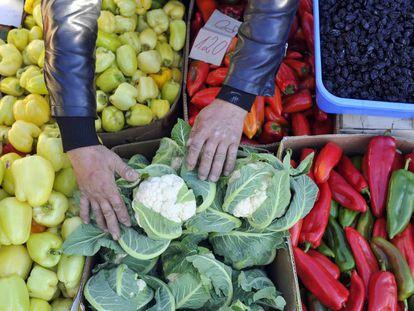 Productos hortofrutícolas en un mercado de Valjevo (Serbia).