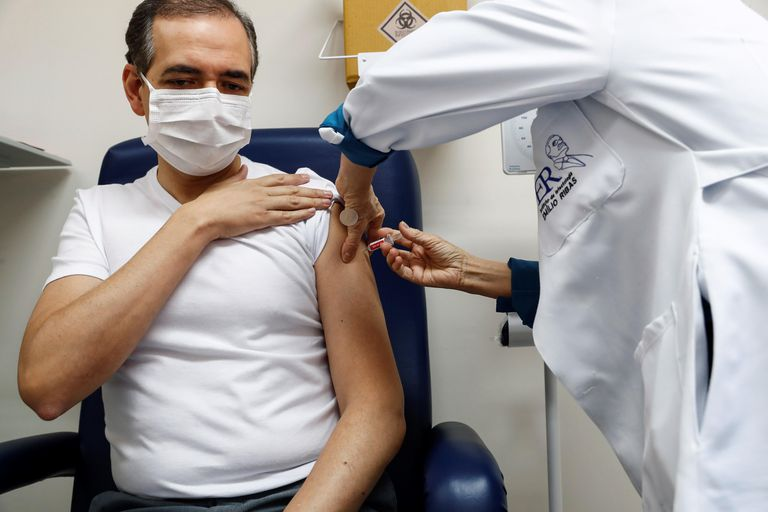 Un voluntario recibe, la semana pasada en São Paulo, la segunda dosis en los ensayos clínicos de la vacuna del coronavirus desarrollada por la empresa china Sinovac.