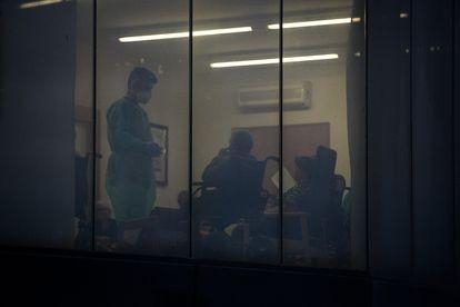 En la residencia Santa Oliva, de Olesa de Montserrat (Barcelona), el 24 de marzo habían muerto 10 ancianos con síntomas de coronavirus. En la imagen, una de las salas del centro, desde la ventana.