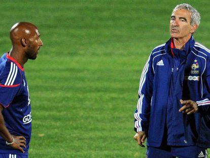 Anelka y Raymond Domenech, durante un entrenamiento de Francia en el Mundial 2010.