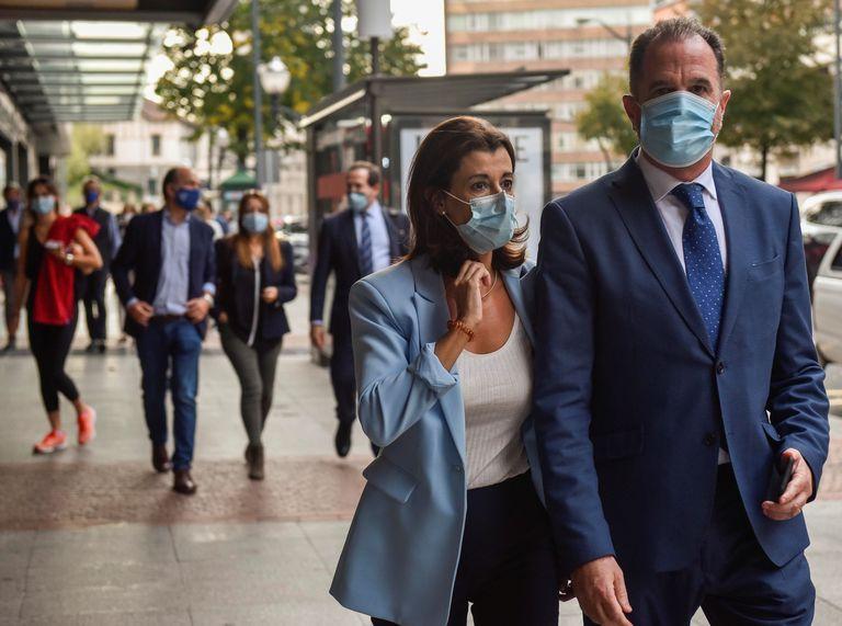 El nuevo presidente del PP vasco, Carlos Iturgaiz y la nueva secretaria general, Laura Garrido antes de la Junta Directiva.
