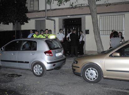 Portal de la calle de Monte Tabor, en Parla, donde anoche un hombre mató a su esposa antes de ahorcarse.