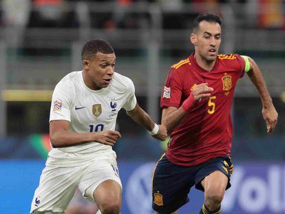 Busquets y Mbappé, disputando el balón en la final de la Liga de las Naciones.