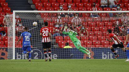 Vivian vence a Reina en la acción del primer gol del Athletic.