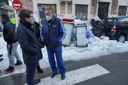 El alcalde conversa con el mecánico Rafael Díaz