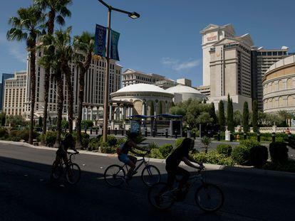 Ciclistas en el Strip de Las Vegas, vacío por las órdenes de cuarentena.