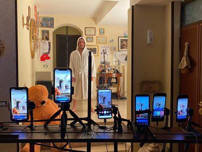 Francesco Di Leva, del Teatro Nest de Nápoles, representa su espectáculo 'Muhammad Alí' en su casa.