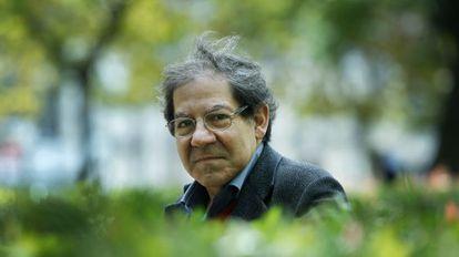 El escritor portugués Nuno Júdice posa en un parque de Lisboa, Portugal, el 18 de noviembre del 2013.
