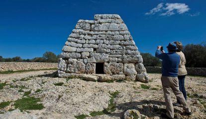 Pintadas en el monumento prehispánico Sa Naveta des Tudons, en Menorca.