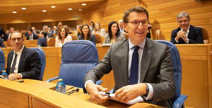 Feijóo, este miércoles antes de comenzar su discurso en el Parlamento gallego.