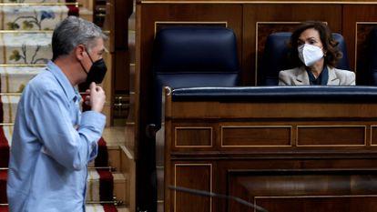 Carmen Calvo y el representante de EH Bildu, Oskar Matute ayer en el Congreso de los Diputados.