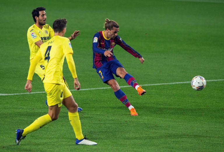 El delantero del Barcelona Antoine Griezmann chuta ante Pau Torres y Dani Parejo.