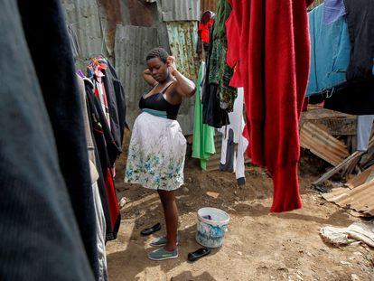En el vídeo, el aumento del embarazo adolescente en los suburbios de Kenia por African Slum Journal. En la imagen, Jackline, estudiante de 17 años y embarazada, en el 'slum' de Kibera, en Nairobi, Kenia, en octubre de 2020. Por Monicah Mwangi.
