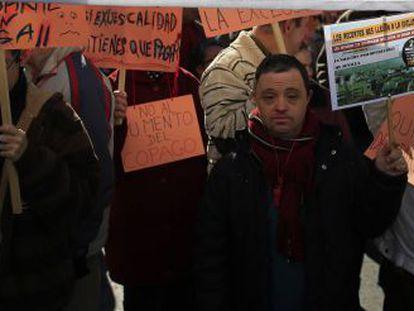 Manifestantes en una protesta en Sevilla contra los recortes del Gobierno en Dependencia.