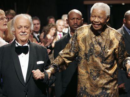 George Bizos, con Nelson Mandela, en 2008 en Johannesburgo.
