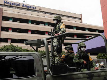Soldados vigilan el Hospital Ángeles del Pedregal, desde donde declara Emilio Lozoya, acusado de corrupción.
