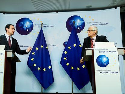 Albin Kurti (a la izquierda) y Josep Borrell, durante su conferencia de prensa conjunta en Bruselas, el pasado jueves.