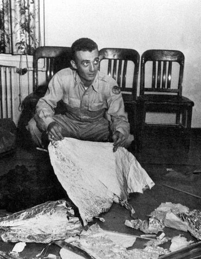 """El comandante Jesse Marcel, oficial de inteligencia en el campo aéreo de Roswell Army, sostiene los restos de un """"disco volador"""" encontrado en un rancho de ovejas a 120 kilómetros de Roswell, Nuevo México. Marcel sostuvo que el material parecía """"no de esta Tierra"""". Fue en julio de 1947"""