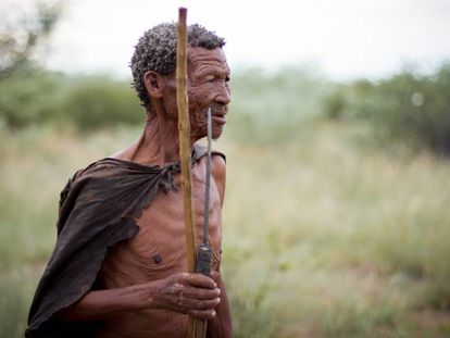 Kayate, un anciano de la minoría san de Botsuana vestido a la manera tradicional en los alrededores de Ghanzi, en diciembre de 2017.