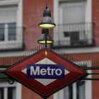 Logotipo del Metro de Madrid, diseñado también por el arquitecto gallego Antonio Palacios. Con su compañero Joaquín Otamendi, Palacios construyó también varias de las primeras estaciones y accesos al suburbano de la capital. Debido a las remodelaciones, algunas de ellas ya no se pueden ver. La antigua marquesina de la estación del Metro de la Red de San Luis, obra suya, fue trasladada a O Porriño, el pueblo en el que nació y se crió, y es ahí donde se puede visitar.