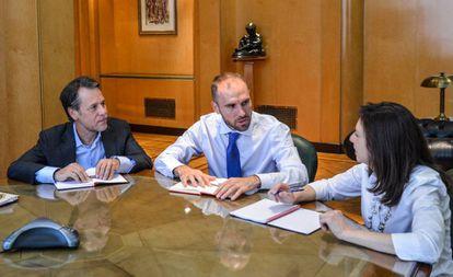 El ministro argentino de Economía, Martín Guzmán (centro), durante una reunión con la misión del FMI en Buenos Aires, este miércoles.