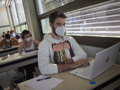 Estudiantes con mascarilla durante una de las clases de las 'aulas espejo' en la Universidad Pública de Navarra.