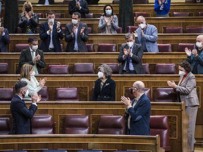 Diputados del Congreso aplauden a la exministra de Sanidad María Luisa Carcedo, impulsora de la ley de eutanasia.