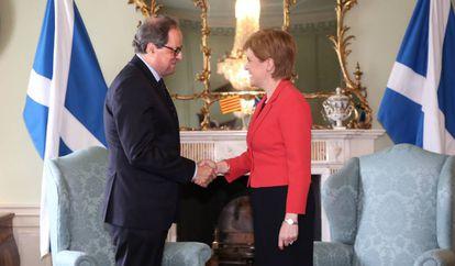 Quim Torra y Nicola Sturgeon se dan la mano en Escocia