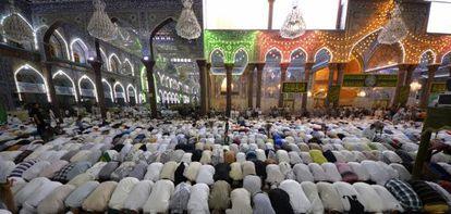 Chiítas musulmanes en la oración, en la ciudad santa de Kerbala, Irak.