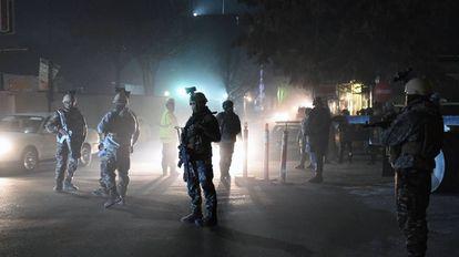 Soldados afganos custodian la embajada española en Kabul tras el atentado de 2015.