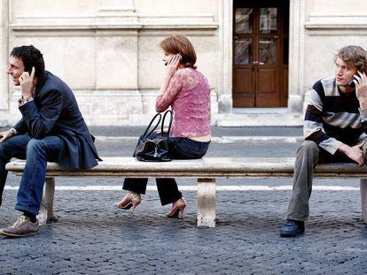 Gente hablando por el móvil